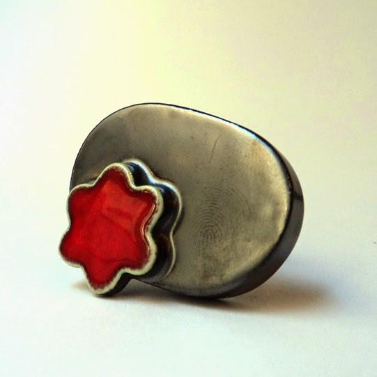 grosse bague en métal et fleur rouge