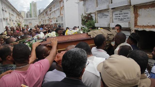 Sob lágrimas e aplausos, corpo de PM morto na Santa Cruz é sepultado no Campo Santo