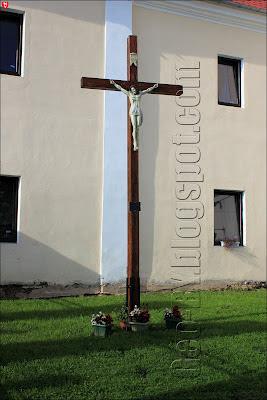 Католический крест в монастыре бернардинцев в Ивье