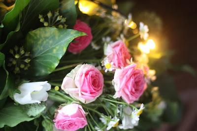 Blumengirlade mit Licht, Frühlingsdekoration Herbsthochzeit mit bunten Wiesenblumen im Hochzeitshotel Garmisch-Partenkirchen Riessersee Hotel Bayern, heiraten in den Bergen