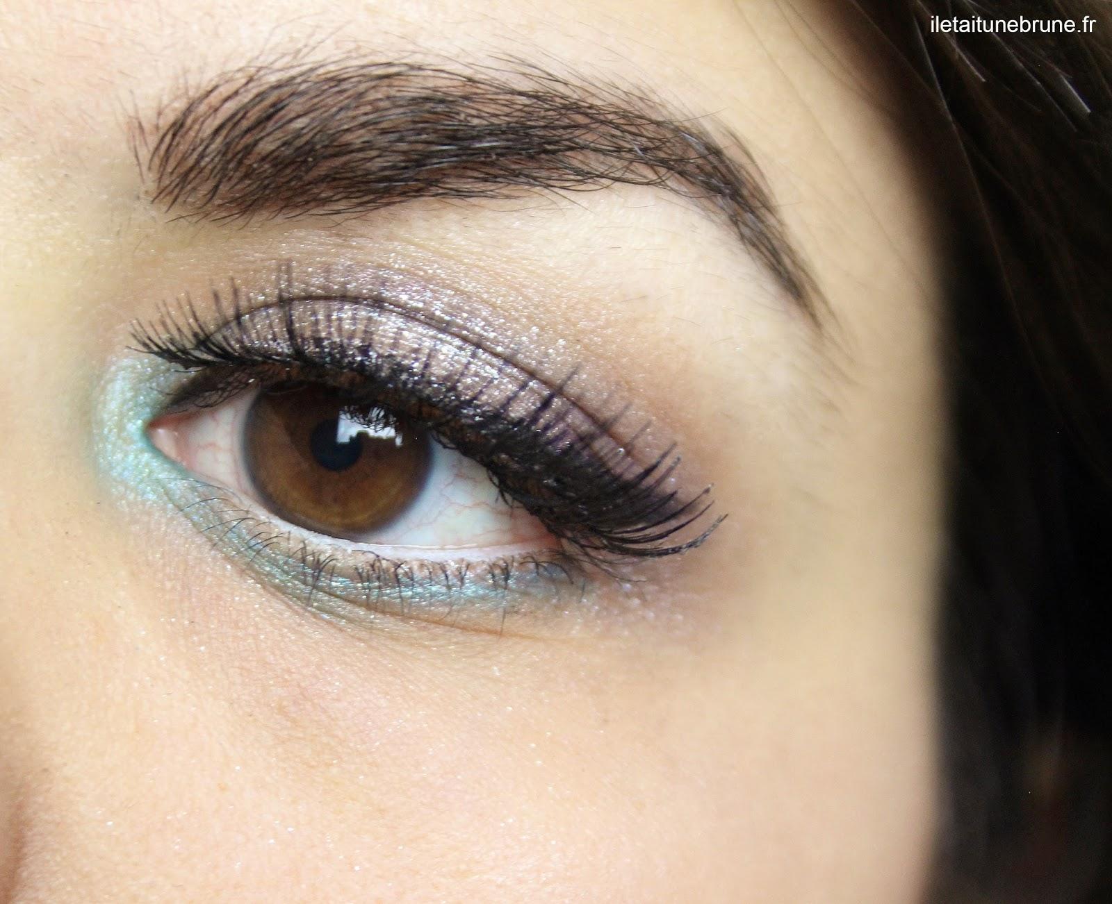 maquillage bleu azur, argenté, violet, avec faux-cils et eyeliner