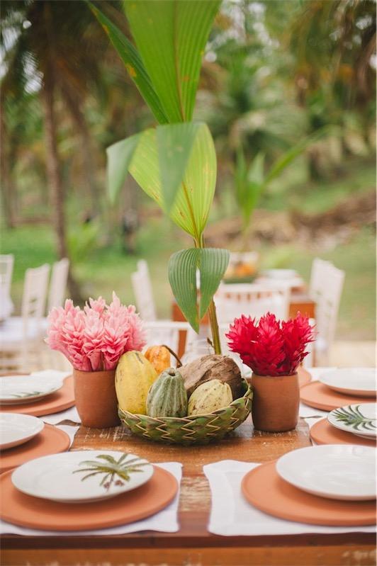 centros florales para boda con fruta tropical chicanddeco