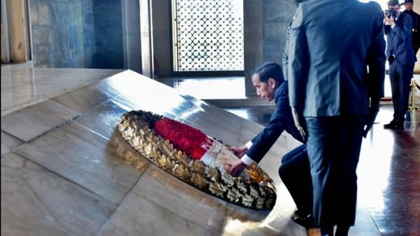 Di Turki, Jokowi Letakkan Karangan Bunga di Atas Pusara Kemal Attaturk Laknatullah
