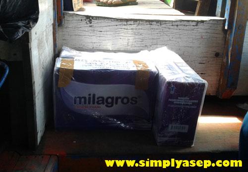 """AMAN : 3 dus Milagros ini harus """"umpel umpelan"""" (berdesakan) dengan kursi penumpang dan barang barang lainnya.  Jadi harus cari lokasi yang aman. Foto Asep Haryono"""