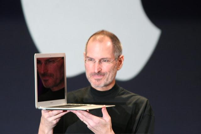 ماهو ستيف جوبز مؤسس شركة أبل؟ ولماذا التفاحة الموجودة في شعار أبل مقضومة ؟