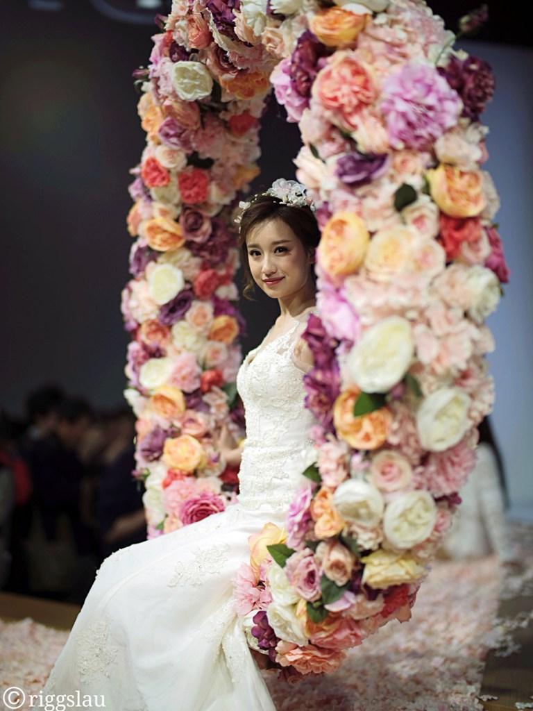 Девушка и венок из цветов