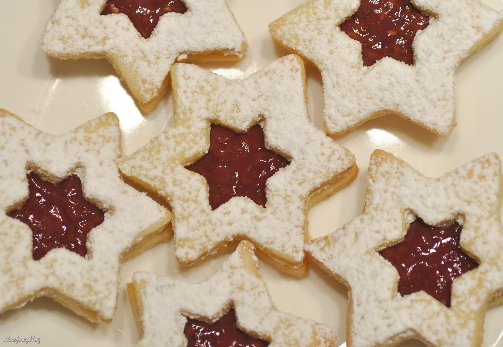 Ciasteczka Linzertorte ze świątecznymi życzeniami.