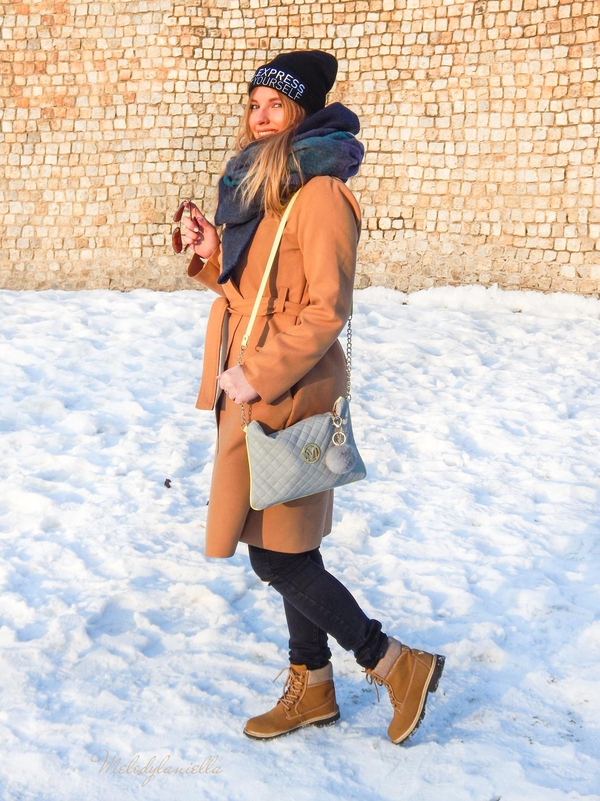 10  melodylaniella wełniany piaskowy beżowy karmelowy wielbłądzi płaszcz stylizacja na zimę białe dodatki torebka manzana trapery deichmann czepka bellissima duży szal okulary look of the day pikowana