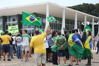 http://vnoticia.com.br/noticia/3581-lava-jato-manifestantes-fazem-ato-contra-decisao-do-stf