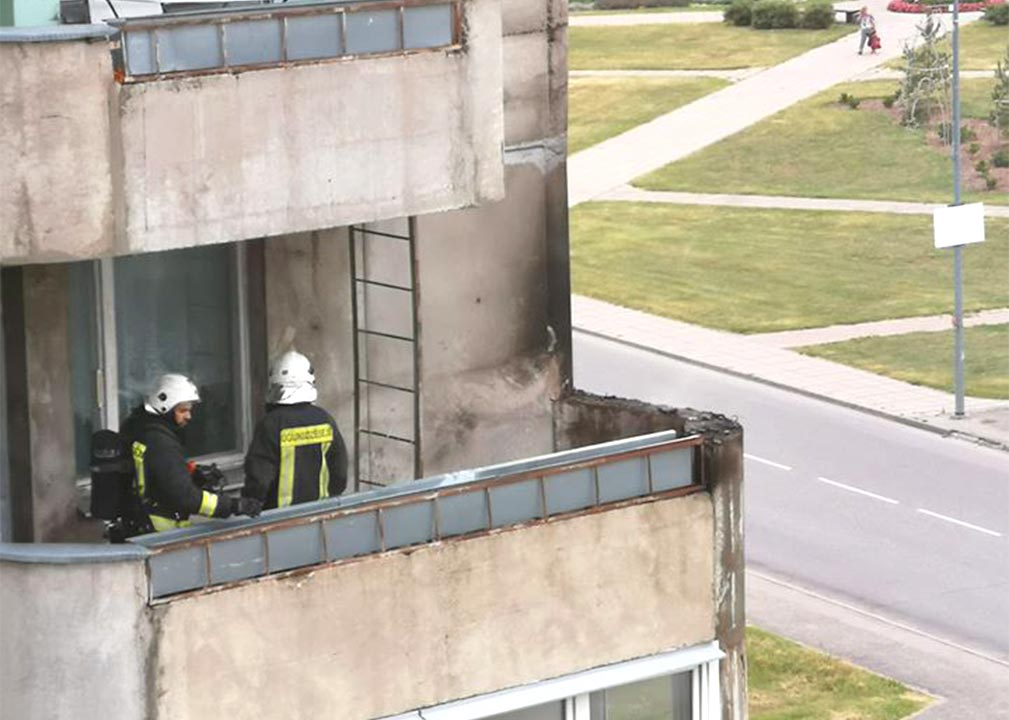 Ugunsdzēsēji glābēji uz balkona