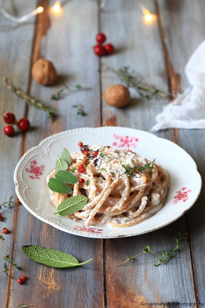 Spaghetti con ricotta, noci e timo
