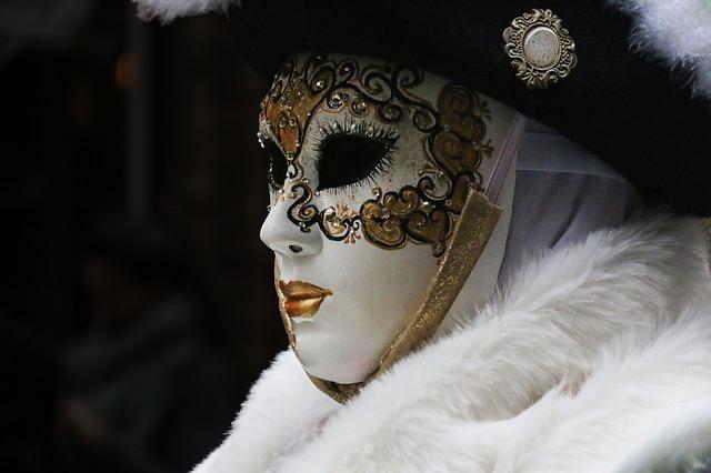 karşınızdaki kişinin maskesini düşürün