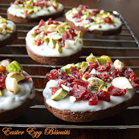 http://www.bakingsecrets.lt/2014/04/easter-egg-biscuits-velykiniai.html