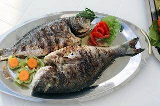 Το καλοκαίρι απαιτεί φρέσκο ψαράκι… Παρακάτω θα δείτε εύκολες τεχνικές ώστε να ψήνετε το ψάρι σας και να εντυπωσιάσετε τους καλεσμένους σας..