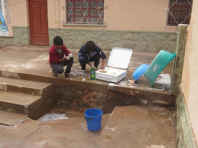 Einige Ministranten helfen in der Ferienzeit im Pfarrhaus mit. Das Haus und Kirche haben ja dauernd Reparaturarbeiten.