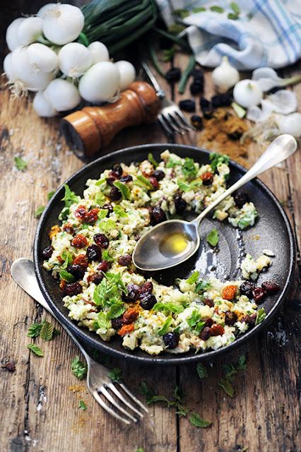 La cuisine sans feu c'est bien aussi par les temps qui courent! Ma p'tite salade au concombre aux noix et aux fruits secs!