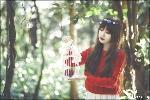 cô gái buồn dạo trong rừng
