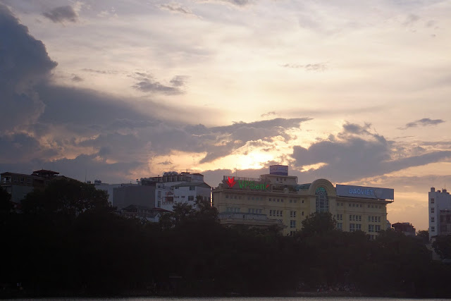 vietnam-hanoi-hoankiemlake ホアンキエム湖の夕方