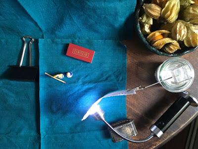 Draufsicht: Servietten als Hintergrund, Taschenlampe als Zusatzlicht usw.