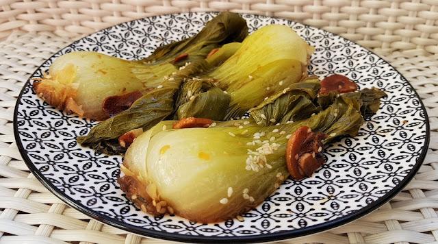 Col china salteada con salsa de soja, semillas de sésamo y ajo