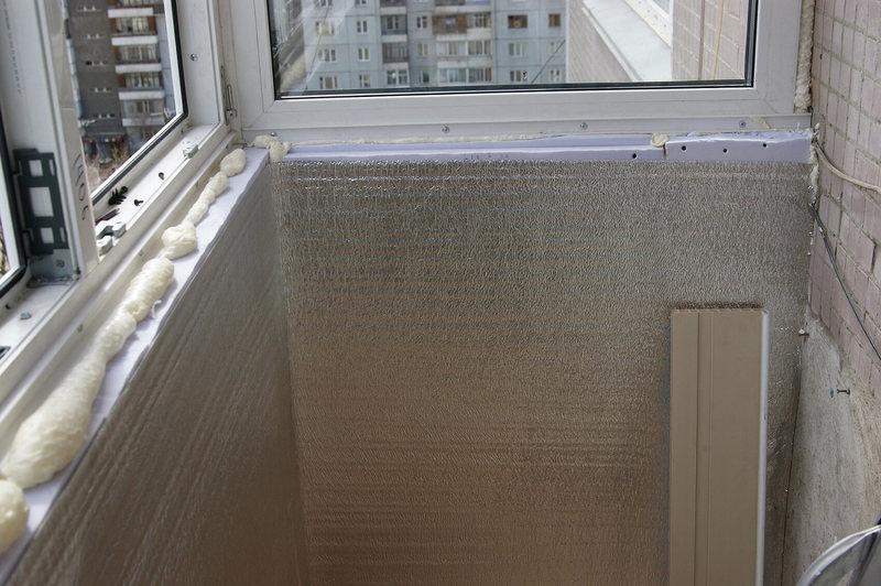обтяжка всех внутренних поверхностей, за исключением пола и тёплой стены, рулонным утеплителем из пенополиэтилена