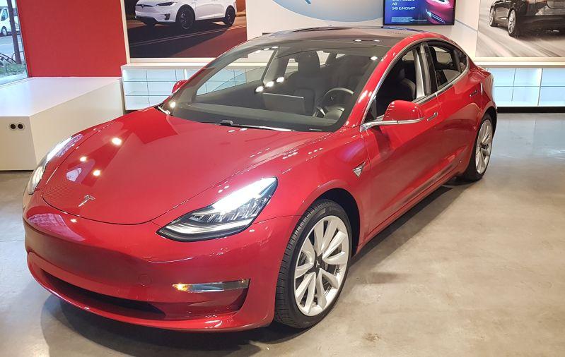 Tesla Model 3 Front und Fahrerseite