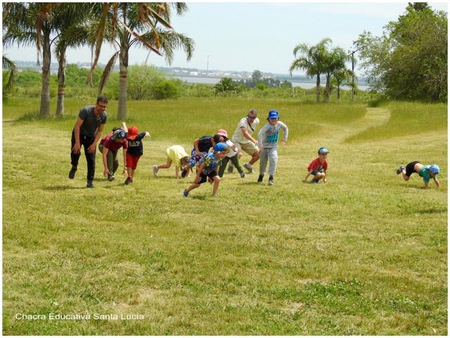 Alumnos y padres juegan a trasladarse imitando otros animales - Chacra Educativa Santa Lucía