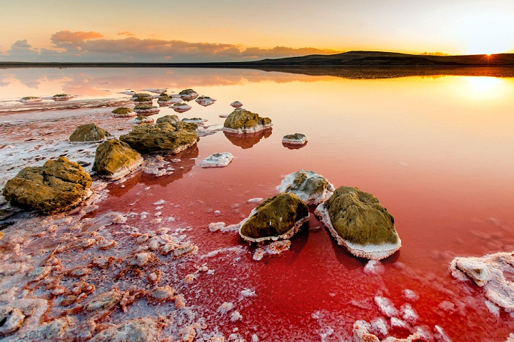 Koyashskoye, Danau Indah dengan Air Merah Muda