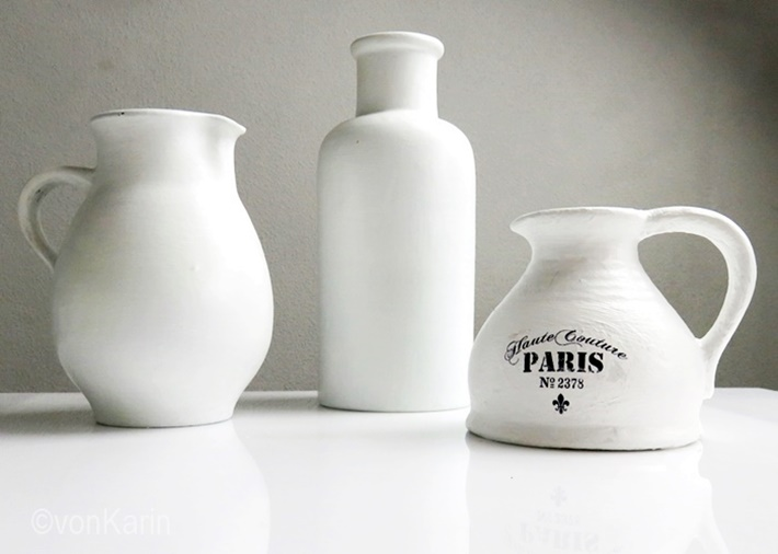 Kruege und Vasen mit Kreidefarbe bemalt und bedruckt