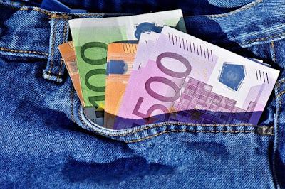 Billets d'euros dans une poche de bricoleur.