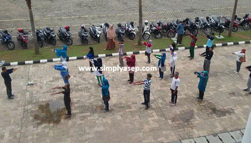 SENAM :  Sepertinya sekelompok orang orang ini sedang senam SKJ di halaman plaza Masjid Raya Mujahidin Pontianak. Foto Asep Haryono