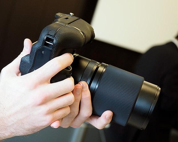 Камера Fujifilm GFX 50S, батарейная рукоятка (Imaging Resource)