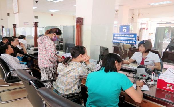Nhân viên ngân hàng ở Nghệ An hướng dẫn khách hàng vay vốn