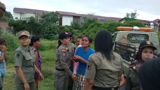 H br Rumapea (24) menangis sejadi-jadinya saat rumahnya dibongkardi Jalan Nias Kelurahan Toba Kecamatan Siantar Selatan,Kamis (26/5/2016).