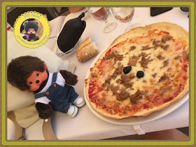 Bubbles le Monchhichi déguste la pizza au thon