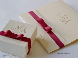 προσκλητηριο γαμου χειροποιητο ρομαντικο με φιογκακι μπορντω-μπομπονιερα γάμου κουτακι με μονογραμμα και φιογκακι