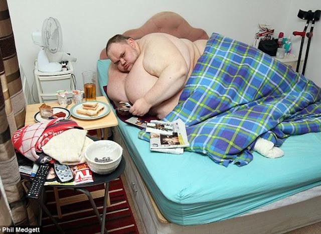 """وزنه 423 كيلوجرام.. الرجل الذي """"أكل نفسه"""" حتى الموت!"""