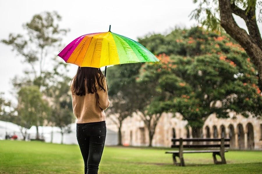 Mulher com guarda chuva colorido
