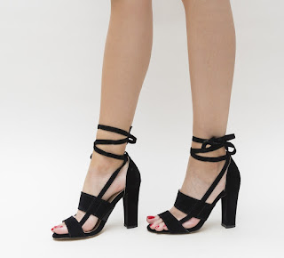 sandale cu toc gros si snur ce se leaga pe picior