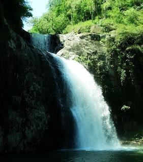 Uma trilha leve leva à Cascata das Três Quedas, em Riozinho