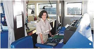 Δείτε την καπετάνισσα απο την Κρήτη που κουμαντάρει φορτηγό πλοίο!
