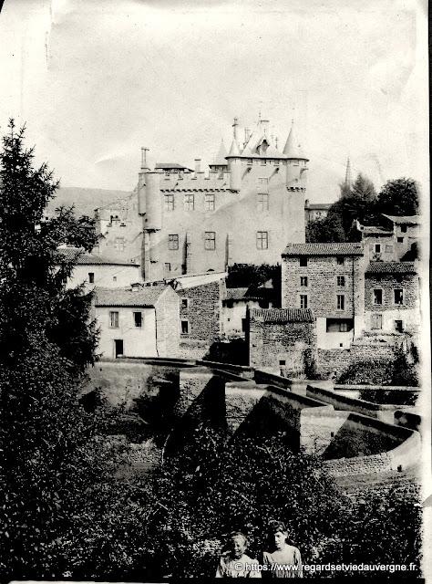 Photo noir et blanc ancienne : château en Auvergne.