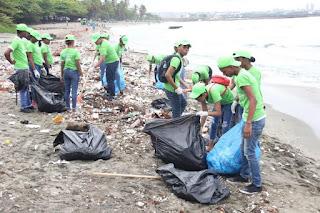 Varias toneladas de plásticos retiradas en playa Gringo, Haina, por Oficina Senatorial SC