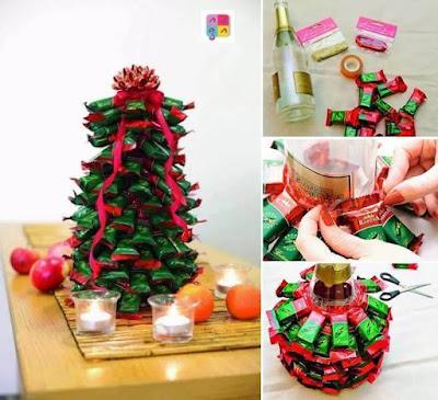 arvores de natal feita com varios doces em uma garrafa