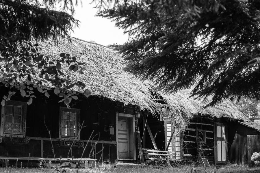 Blog + Fotografie by it's me! | fim.works | SchwarzWeissBlick No 19 | Lost Places im Spreewald, Brandenburg | Hausfront eines verfallenen Spreewaldhauses
