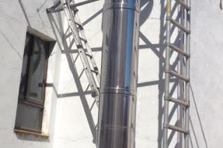 foto chimenea apoyada en estructura