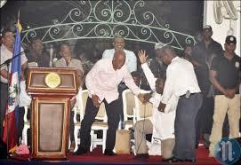 Député Noel s'agenouillé aux pieds de Martelly pour le remercier