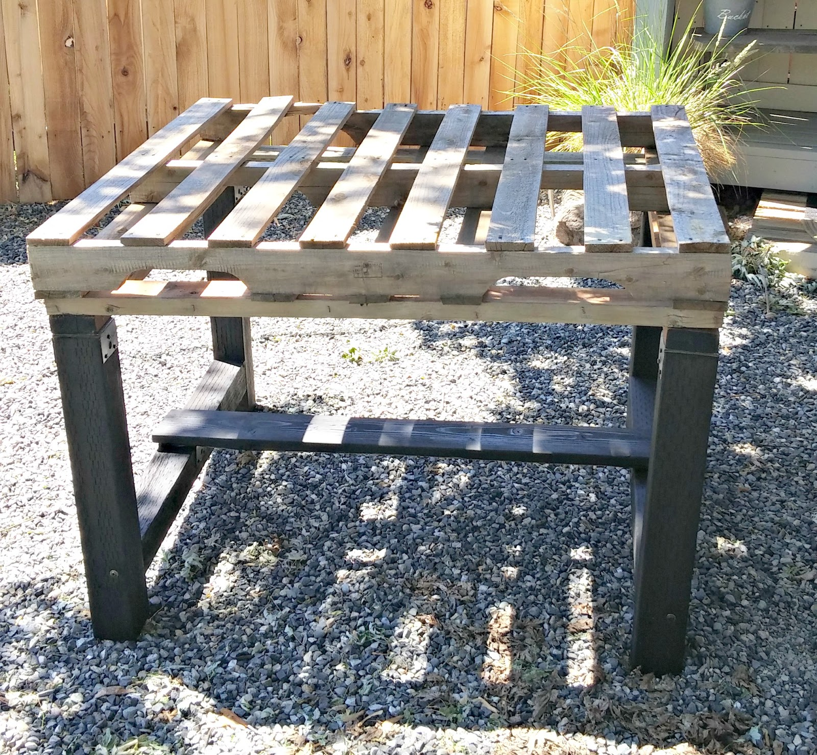 Recycled pallet outdoor dining table little vintage cottage for Pallet patio table