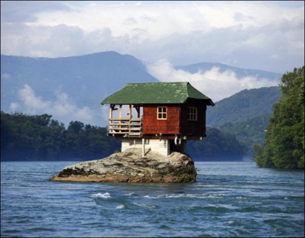 casa construida na rocha