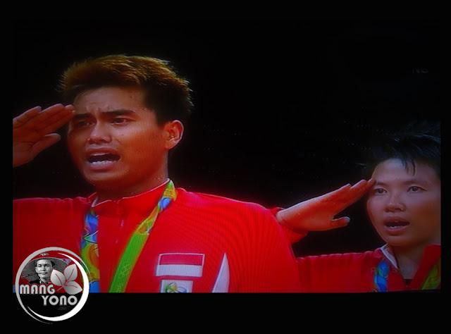FOTO : Tontowi Ahmad / Liliyana Natsir penghormatan bendera merah putih saat lagu Indonesia Raya dikumandangkan, Olimpiade Rio 2016
